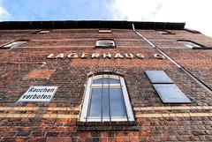 Lagerhaus G am Dessauer Ufer, Hamburg Kleiner Grasbrook; Fassade vom Lagerhaus mit Gedenktafeln (2007).