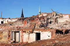 Teilabriss vom Gebäude des Amts für Strom- und Hafenbau in der Hamburger Hafencity - Schuttberge, Kirchturmspitzen der St. Nikolaikirche, St. Petrikirche. ( 2007 )