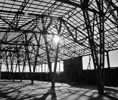 Holzkonstruktion eines Speichergebäudes am Versmannkai im Hamburger Baakenhafen - Abriss eines Lagergebäudes.
