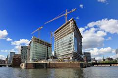Baustelle in Hamburg - Entstehung der Bürogebäude der Spiegel-Gruppe, Verlagsgruppe auf der Ericusspitze - Baukräne.