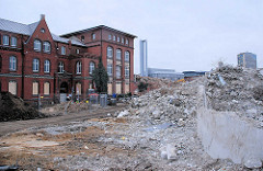 Schuttberge vom abgerissenen Gebäude des Amts für Strom und Hafenbau in der Hamburger Hafencity - denkmalgeschütztes Ziegelgebäude vom Alten Hafenamt - im Hintergrund die Schornsteine des Heizkraftwerks Hafencity. ( 2007 )