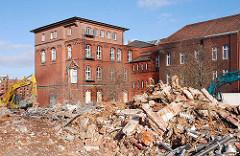 Teilabriss vom Gebäude des Amts für Strom- und Hafenbau in der Hamburger Hafencity - Schuttberge und historische Ziegelarchitektur des denkmalgeschützten Teilgebäudes. ( 2007 )