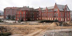 Gebäude vom des Amts für Strom- und Hafenbau in der Hafencity Hamburg - die Fenster des denkmalgeschützten Ziegelgebäudes sind mit Holzplatten vernagelt ( 2007 ).
