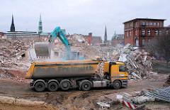 Der Schutt des abgerissenen Gebäudes des Amts für Strom- und Hafenbau wird mit einem Schaufelbagger auf einen Lastwagen verladen. ( 2007 )