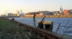 Kranschienen und Eisenpoller am Petersenkai im Hamburger Baakenhafen - auf der gegenüberliegenden Seite der Versmannkai.