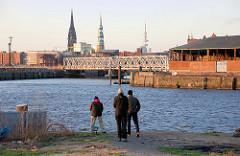 Angler am Baakenhöft / Petersenkai - Blick auf den Buenos Aires Kai / Versmannkai und zur Magdeburger Brücke.