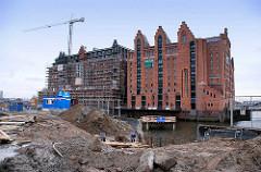Blick über den Brooktorhafen zum Kaispeicher B -  während des Umbaus zum Maritimen Museum Hamburg, 2007. Arbeiten an den Kaianlagen und Bau der Brücke über den Kanal zum Speichergebäude.