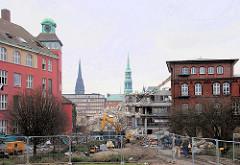 Gebäude des Amts für Strom- und Hafenbau - in der Mitte wird der moderne Anbau abgerissen - Kirchtürme der Hamburger St. Nikolaikirche + St. Katharinenkirche. (2007)
