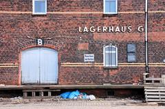 Lagerhaus G am Dessauer Ufer, Hamburg Kleiner Grasbrook; Laderampe mit Holzbalken abgestützt - Müllsäcke (2007).
