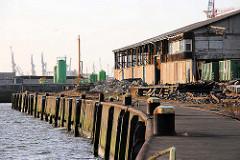 Versmannkai mit Eisenpoller - leerstehender Lagerschuppen im Hamburger Hafen.