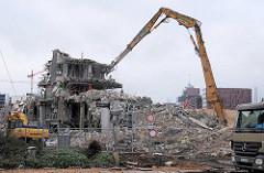 Abriss des moderne Anbaus vom Gebäude des Amts für Strom- und Hafenbau in der Hamburger Hafencity - Schutthaufen und Abrissbagger / Abbruchbagger Ecke Brooktor und Dalmannstrasse. ( 2007 )