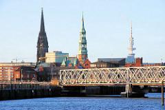 Blick zur Baakenbrücke im Magdeburger Hafen - Gebäude des Hamburger Amts für Strom- und Hafenbau / Kirchturm der St. Nikolaikirche, St. Katharinenkirche und der Fernsehturm Hamburgs. ( 2007 )