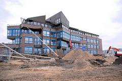 Baustelle an der Dalmannstraße - Überseequartier; Verwaltungsgebäude der HafenCity GmbH am Magdeburger Hafen.