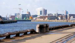 Eisenpoller am Versmannkai, Baakenhafen Hamburg - Blick zur Baustelle der Elbphilharmonie.