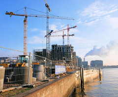 Baustelle mit Baukränen am Dalmannkai im Grasbrookhafen - Entstehung der Hamburger Hafencity.