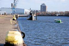 Barkasse bei einer Hamburger Hafenrundfahrt im Baakenhafen.