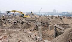 Die Kaianlage und Speichergebäude am Versmannkai im Baakenhafen / Hafenbecken im Hamburger Hafen werden abgerissen - Bagger auf der Baustelle; im Hintergrund die Norderelbe.
