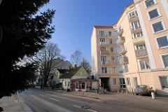 Mehrstöckiges Wohnhaus und altes Doppelhaus mit Verkaufspavillon / Fahrradgeschäft an der Ohlsdorfer Straße in Hamburg Winterhude. ( 2007 )