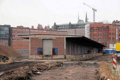 Lagerhalle mit Laderampe und Schiebtoren; ehem. Hamburger Freihafengebiet - jetzt Stadtteil Hafencity.