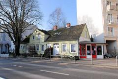 Altes Doppelhaus mit Verkaufspavillon / Fahrradgeschäft an der Ohlsdorfer Straße in Hamburg Winterhude. ( 2007 )