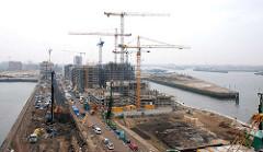 Blick vom Kaispeicher A / Hamburger Elbphilharmonie auf die Baustellen am Sandtorhafen / Kaiserkai und Grasbrookhafen / Dalmannkai; Rohbauten und Baukräne.