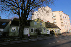 Doppelhaus mit hohen Kastanienbaum in der Ohlsdorfer Straße in Hamburg Winterhude, daneben ein mehrstöckiger Wohnblock. ( 2007 )