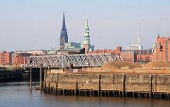 Blick vom Baakenhöft / Petersenkai zum Versmannkai und der Magdeburger Brücke - Hamburger Kirchen St. Nikolai / St. Katharinen.