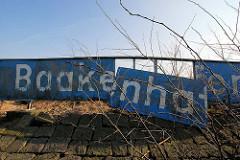Altes Schild an der Einfahrt zum Baakenhafen im Hamburger Hafen.