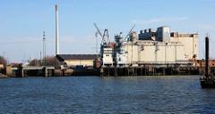 Abriss eines Getreidesilos am Kai vom Kuhwerder Hafen in Hamburg Steinwerder. Blick vom Grevenhover Ufer; lks. die stillgelegte Grevenhover Schleuse. (2007)
