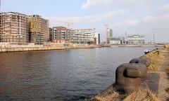 Blick vom Hübenerkai über den Grasbrookhafen zu den Rohbauten, Neubauten am Dalmannkai - Bilder der Entstehung der Hamburger Hafencity.