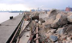 Versmannkai im Hamburger Baakenhafen - Poller und Kranschienen; Berge von Bauschutt und Sand - Speichergebäude und Kainanlage sind abgerissen.