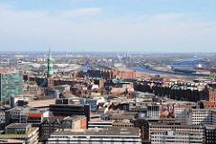 Blick über die Hamburger Altstadt zum Oberhafenkanal und hinter den Gebäuden der Speicherstadt der Baakenhafen.