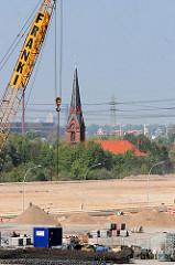 Baustelle Gewerbegebiet / Containerlager in Hamburg Altenwerder - Kirchturm der Kirche St. Gertrud. (2007)