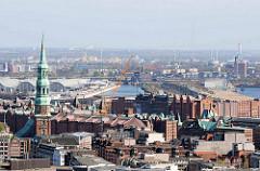 Luftaufnahme vom Kirchturm der St. Katharinenkirche und Dächer der Hamburger Speicherstadt und dem Kaispeicher B.