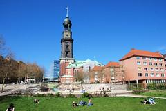 Liegewiese, Michelwiese im Sommer - Blick zum Springbrunnen und der Hamburger Hauptkirche Sankt Michaelis.