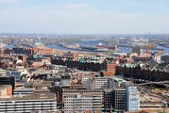 Blick über die Hamburger Altstadt zur Speicherstadt / Zollkanal. im Hintergrund der Baakenhafen und die Norderelbbrücken.