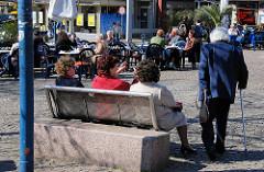 Frühlingstag in Hamburg Winterhude - Tische und Sitzbank in der Sonne.