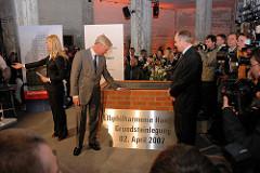Grundsteinlegung / Baubeginn der Elbphilharmonie in der Hamburger Hafencity; Hamburgs Erster Bürgermeister Ole von Beust und der Vorstandsvorsitzende der Hochtief Construction AG, Henner Mahlstedt bei der Zeremonie.