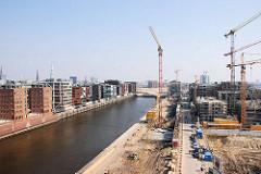 Baustellen in der Hafencity Hamburg - Blick über den Grasbrookhafen, Baukräne und Rohbauten am Dalmannkai / Grasbrookhafen. (2007)