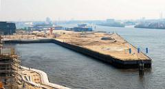 Blick über das Hafenbecken Grasbrookhafen im Hamburger Hafen; lks. ein Ausschnitt vom Dalmannkai und lks. der Hübenerkai; daneben der Strandkai an der Norderelbe.
