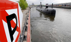 Parkverbotsschild / Festmachverbot am Versmannkai im Hamburger Baakenhafen - alter Liegeplatz vom U-Boot U 434; am Petersenkai Lagerhäuser und LKW. (2007)