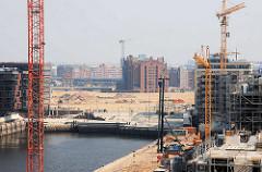 Baustellen am Sandtorhafen / Grasbrookhafen - Blick zu den Magellan Terrassen, dahinter der Kaispeicher am Magdeburger Hafen und die Oberhafenbrücke mit Eisenbahnzug. (2007)