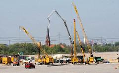 Baustelle am Containerhafen Hamburg Altenwerder - im Hintergrund die Kirche St. Gertrud (2007)