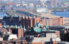 Luftaufnahme von der Hamburger Hafencity / Speicherstadt - Kupferdächer der Speicher; in der Bildmitte der Kaispeicher B, im Hintergrund der Baakenhafen.