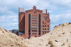 Blick vom Baugelände des Überseequartiers in der Hamburger Hafencity zum Gebäude des Kaispeicher B am Magdeburger Hafen /  Brooktorhafen. ( 2007 )