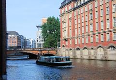 Fotos aus dem Hamburger Stadtteil Neustadt, Bezirk Hamburg Mitte; Fahrgastschiff auf dem Alsterfleet - Gebäude der Steuerbehörde am Rödingsmarkt / Finanzdeputation.