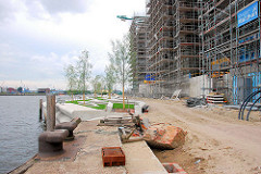 Baustelle der Promenade und eingerüstete Neubauten am Dalmannkai am Grasbrookhafen, Hafencity Hamburg.
