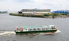 Barkasse mit Hamburg-Touristen bei einer Hafenrundfahrt - lks. die Einfahrt zum Baakenhafen, Lagergebäude am Petersenkai / Kirchenpauerkai; im Vordergrund das Baakenhöft.