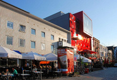 Schmidt Theater am Spielbudenplatz - Aussengastronomie, Tische an der Straße Sonnenschirme.