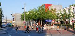 Neugestalteter Spielbudenplatz - Blick über die Reeperbahn in Hamburg St. Pauli.